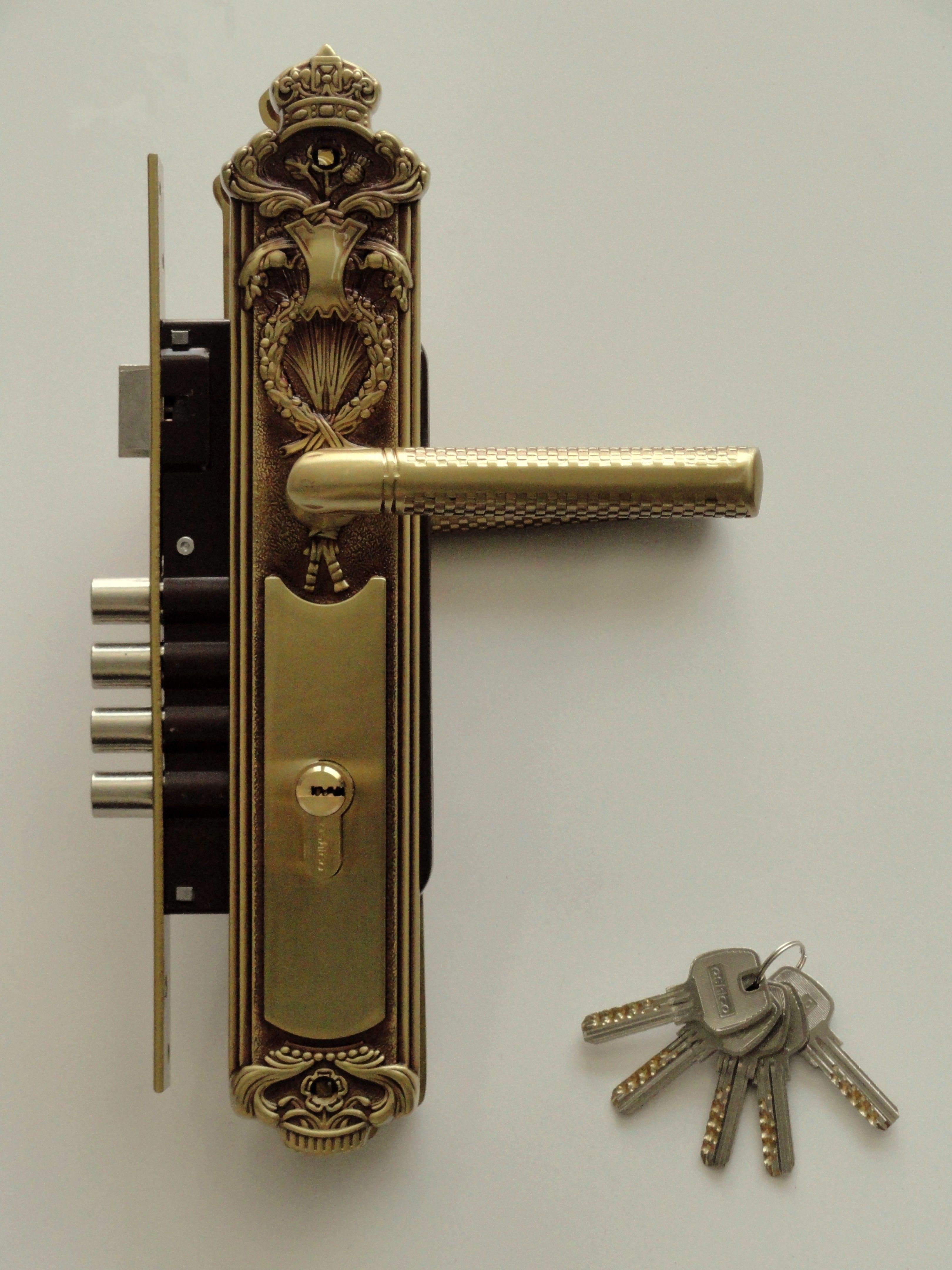 Cerradura Ashico Napoleon Manija/Manija Laton Antiguo con llaves computarizadas. Diseño emulando el estilo imperio que se origino en Francia en el siglo XIX.