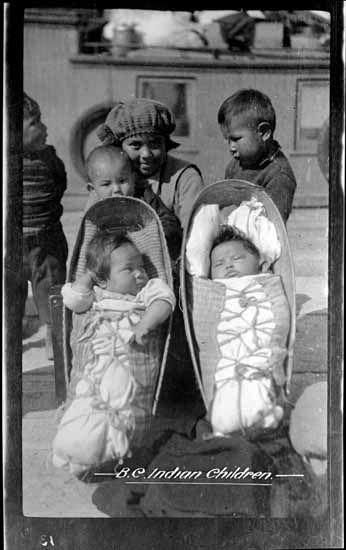 34da1f39733 1900 Group of Indian children - two in papoose carriers