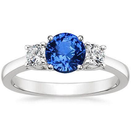 Anillo de compromiso con zafiro central y diamantes laterales