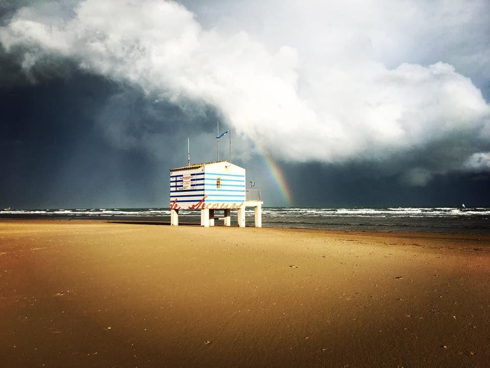 arc en ciel sur la plage des chalets gruissan par alicia beaut s touristiques pinterest. Black Bedroom Furniture Sets. Home Design Ideas