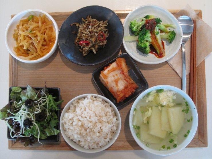 2011년 12월 21일 수요일일 그때그때밥상 입니다. 계란 감자국, 바삭바삭한 멸치볶음, 브로콜린, 들깨로 볶은 무채나물, 현미밥과, 샐러드 김치가 준비 되었습니다.^ㅡ^