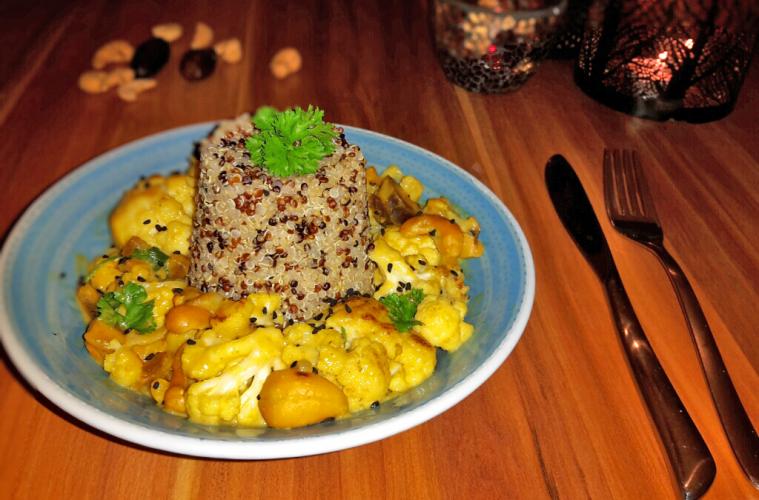 Die EAT TRAIN LOVERIN Nicole macht heute den Anfang. Sie kocht uns ein veganes Blumenkohl-Erdnuss-Curry, das perfekt zum Clean Eating passt.