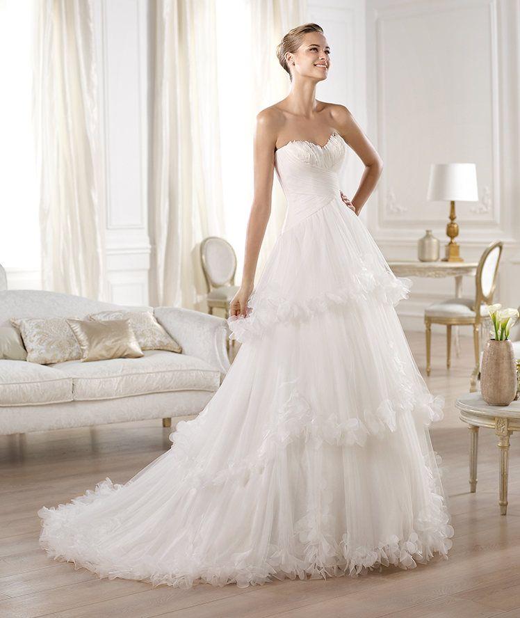 aec8c32b8 Vestidos de novia 2014 de Pronovias corte princesa con maxi-falda en capas-  Modelo Olanta