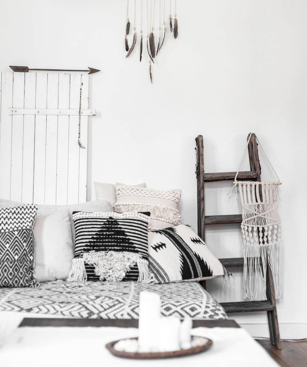 einfach perfekt fr den soft ethno oder boho style wohnzimmer sofa leiter makramee kerzen weiss dekorieren - Einfache Dekoration Und Mobel Polstermoebel Fuer Das Wohnzimmer