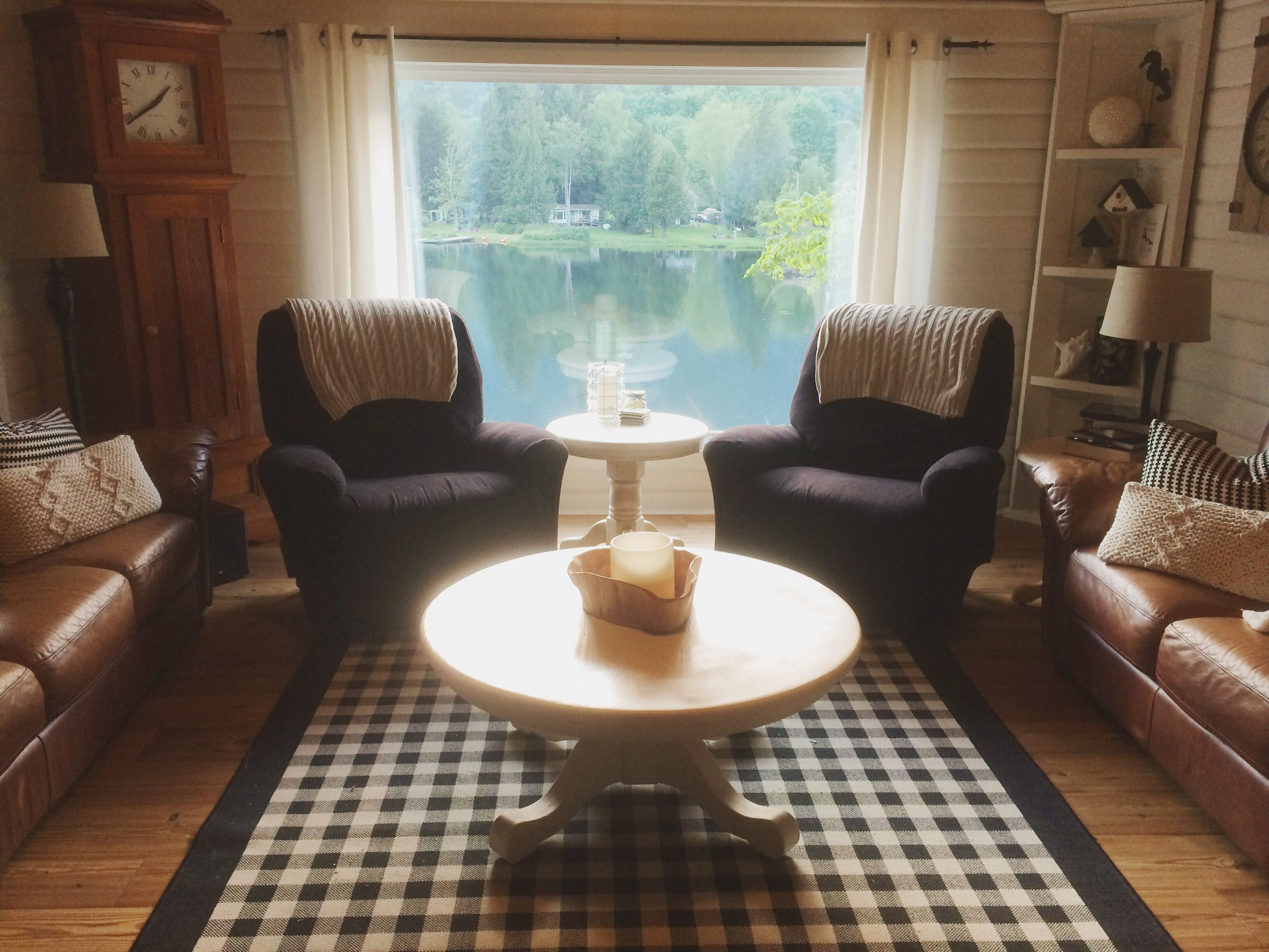 Craigslist coffee table DIY for the lakehouse living room