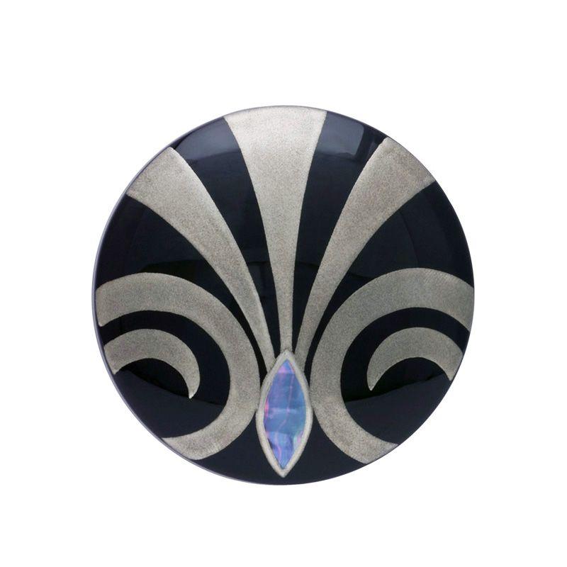 身につける漆 蒔絵のアクセサリー ブローチ 丸7 紋章 黒色 坂本これくしょんの艶やかで美しくとても軽い「和木に漆塗りのアクセサリー」より、ふっくらとした使いやすい円形に銀磨きと螺鈿貝で象徴的な蒔絵の ウェアラブル 蒔絵 アクセサリー Brooch round 7 coat of arms black color 漆ならではのベーシックな漆黒の黒、艶やかで温かみだけでなく涼しげな雰囲気も演出。銀磨きと螺鈿貝のオパールのような輝きの蒔絵がモダンさとシャープさを演出インパクトがあり人目を惹きそう。  #漆アクセサリー #漆のアクセサリー #漆ジュエリー #軽いアクセサリー #蒔絵アクセサリー #蒔絵のブローチ #漆のブローチ #Brooch #ブローチ #使いやすいブローチ #紋章 #黒色ブローチ #wearable #ウェアラブル漆 #漆塗り #軽さを実感 #坂本これくしょん
