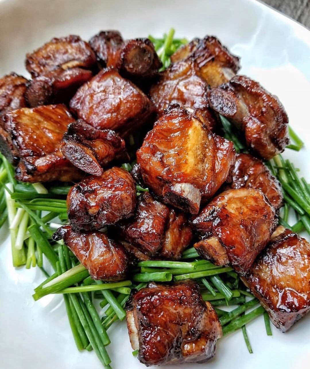 "Photo of Vietnamese Eats on Instagram: ""Caramelized Pork Riblets ↔️Sườn kho 📷@seonkyounglongest 📚""Vietnamese Caramelized Pork Spare Ribs (Suon Khia or Suon Ram Man)is a classic…"""