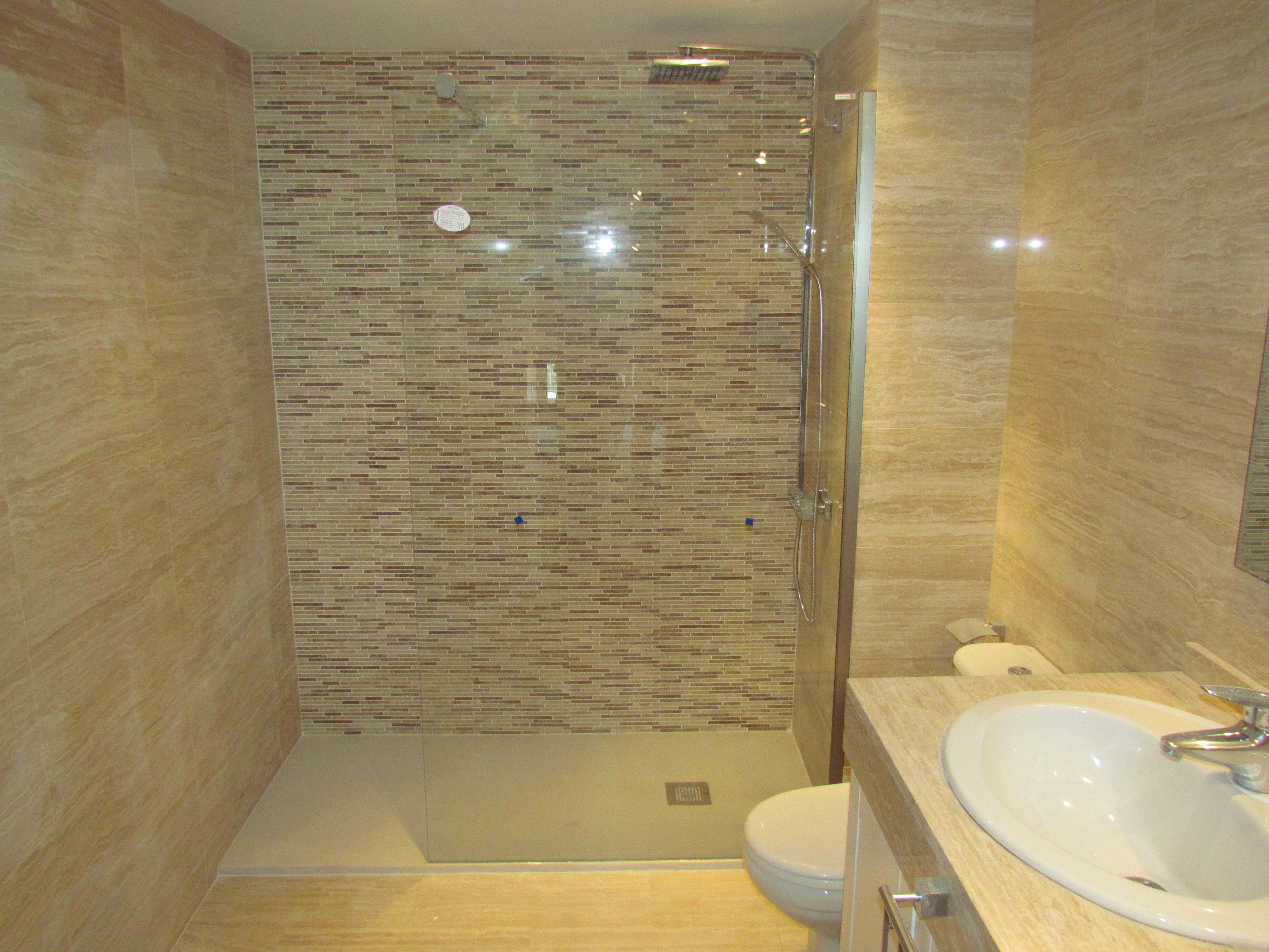 Si tu cuarto de ba o es de marmol y no sabes como tratarlo for Banos marmol beige