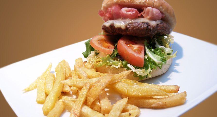 Una buena hamburguesa con patatas, ¿Te apetece?