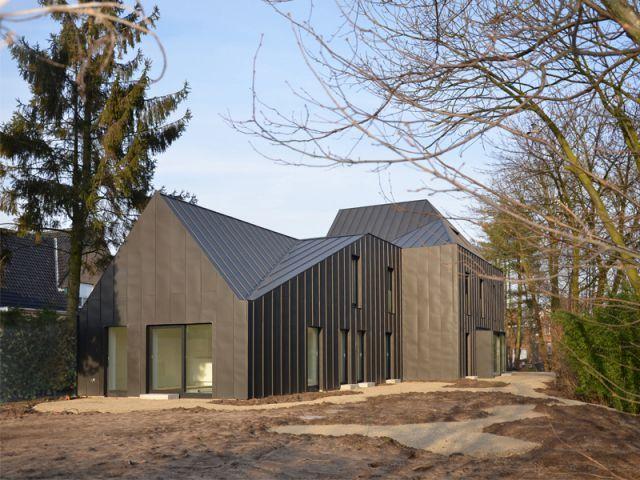 Une maison tournée vers lextérieur maison noire en belgique
