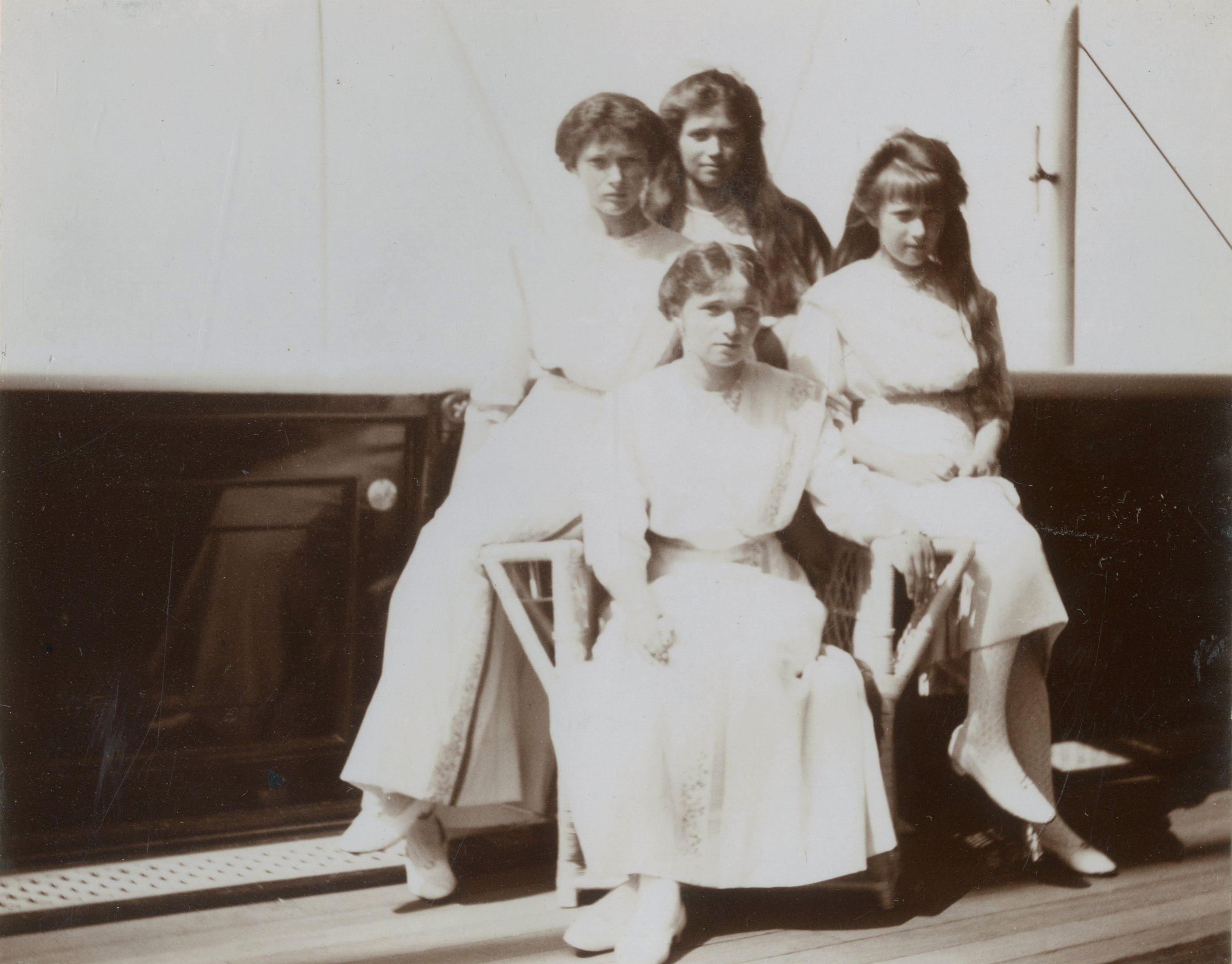 Grand Duchesses Olga Nikolaevna, Tatiana Nikolaevna, Marie Nikolaevna e Anastasia Nikolaevna, a bordo do Imperial Yacht Standart, entre junho e julho de 1913.