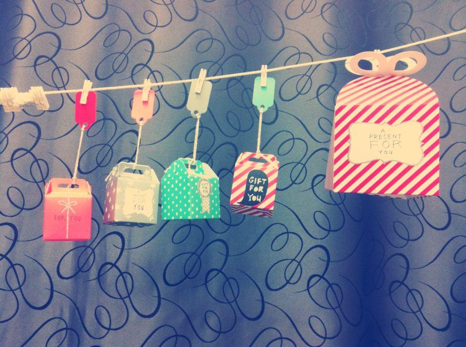 Aftelkalender met mini pakjes (Hema). In elk pakje een opdracht/tip/cadeautje. Kan in thema Sinterklaas, Kerstmis, Verjaardag, ... Juf Jennifer