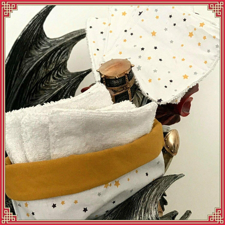 Sac à lingettes démaquillantes & ses 8 lingettes lavables Une idée cadeau originale et écologique !!! Lingettes lavables & réutilisables - 0 déchet !!! #Lingette #ecologie #developpementdurable #lavable #0dechet #maquillage #gris Hauteur : 11cm Diamètre : 12cm Lingettes : 10x10cm