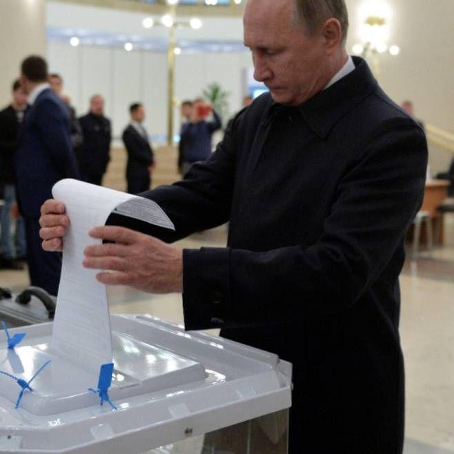 Auch Russlands Präsident Wladimir Putin hat seine Stimme für die ...