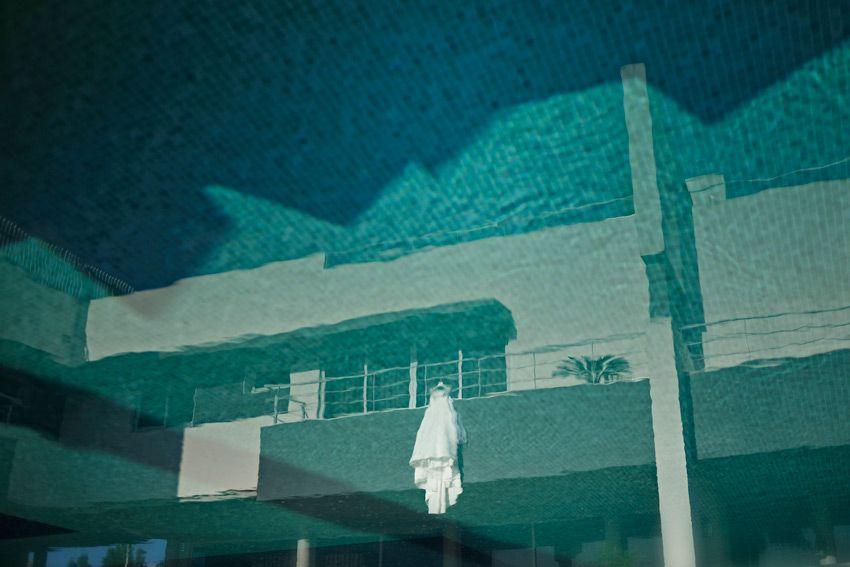Vestido Noiva reflexo azul piscina foto arte criativa casamento momentos em casa casar em Sintra fotógrafo Foto de Sonho