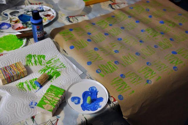 drucken mit korken oropax schnurrholzklotz mit kindern geschenkpapier weihnachtskarten. Black Bedroom Furniture Sets. Home Design Ideas