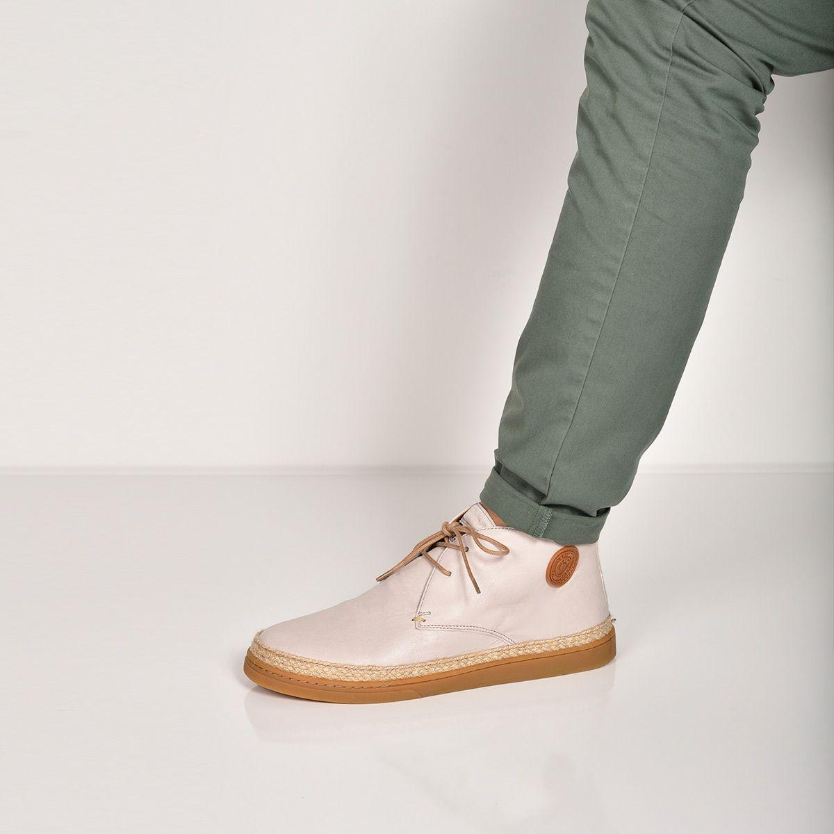 f36e6ba34364c Cette chaussure combine l'esprit d'une boots pour homme avec l'âme d'une  espadrille. Cette bottine est entièrement conçue en cuir lisse sur le ...