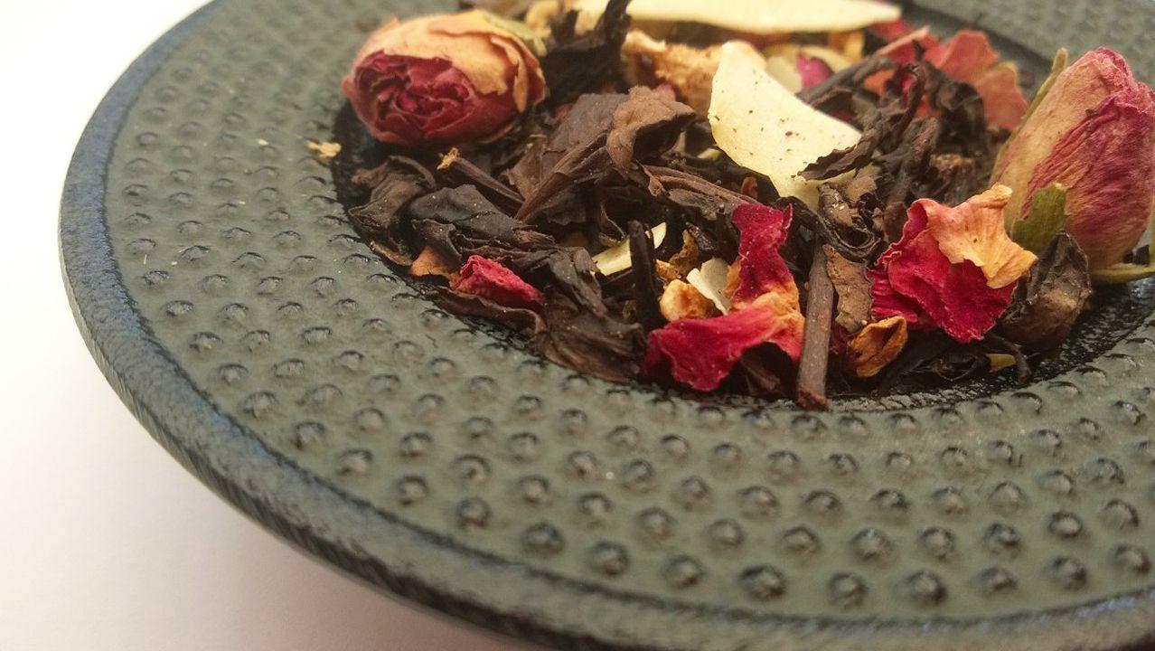 Flocon. Thé Oolong avec un mélange de fruits exotiques ananas etcoco ainsi qu'un bouquet vanille-cannelle. http://www.lamaisondesaromes.fr/produit/the-noir-parfume/flocon/