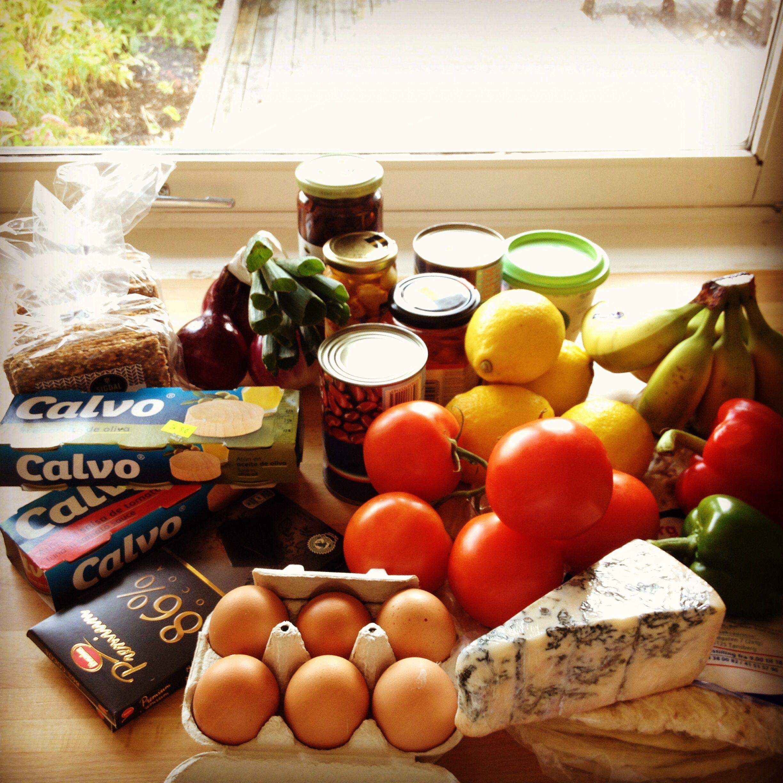 Mat med gode proteinkilder som tunfisk og bønner, egg. 86 prosent sjokolade, sitron til grønn te, knekkebrød, løk, oliven, chili og kvitløk.