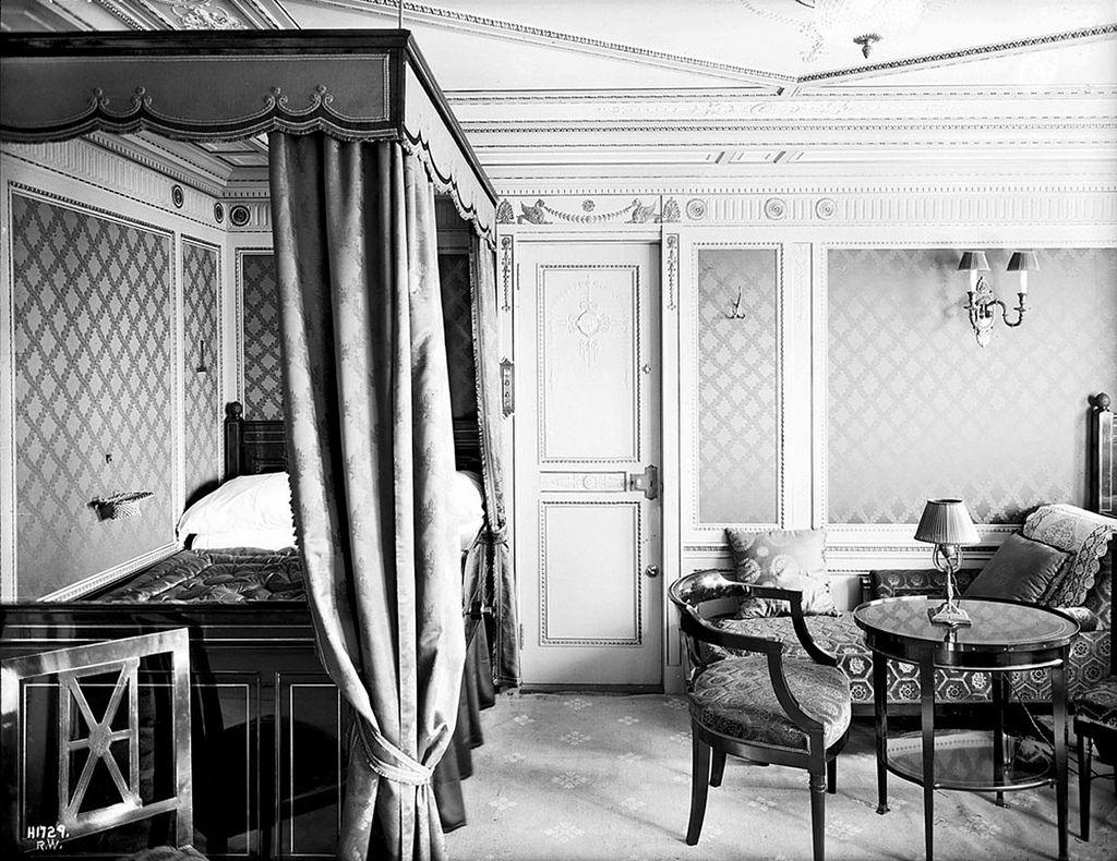 Cabine B 64 A Bord Du Titanic Decoree Dans Le Style Empire Lambris Blancs Couverts De Soie Damassee Lit A Baldaquin C Rms Titanic Titanic Real Titanic