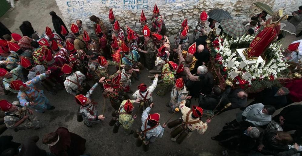 Los 'diablos' de Almonacid bailan y hacen sonar los cencerros delante de la imagen de San Blas, al que hoy homenajean.