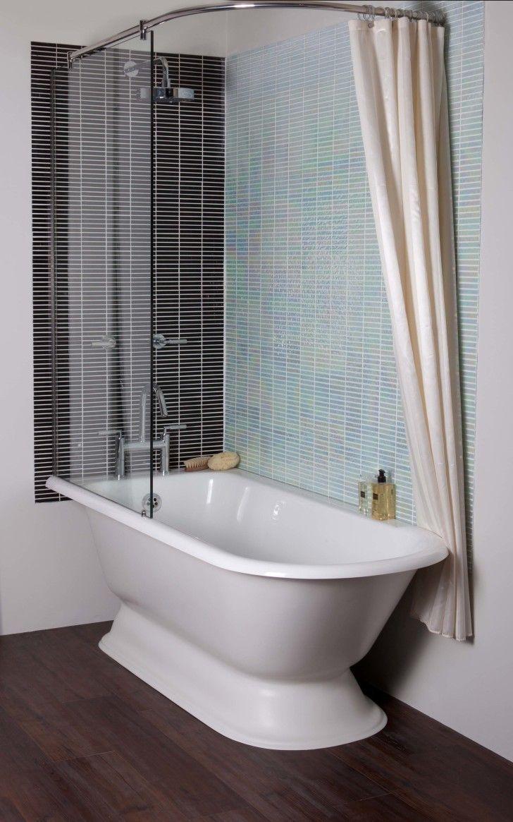 Cremefarbenes Badezimmer Wandfarbe Mit Weisser Freistehender Badewanne Mit Dusche Dusche Freistehende Badewanne