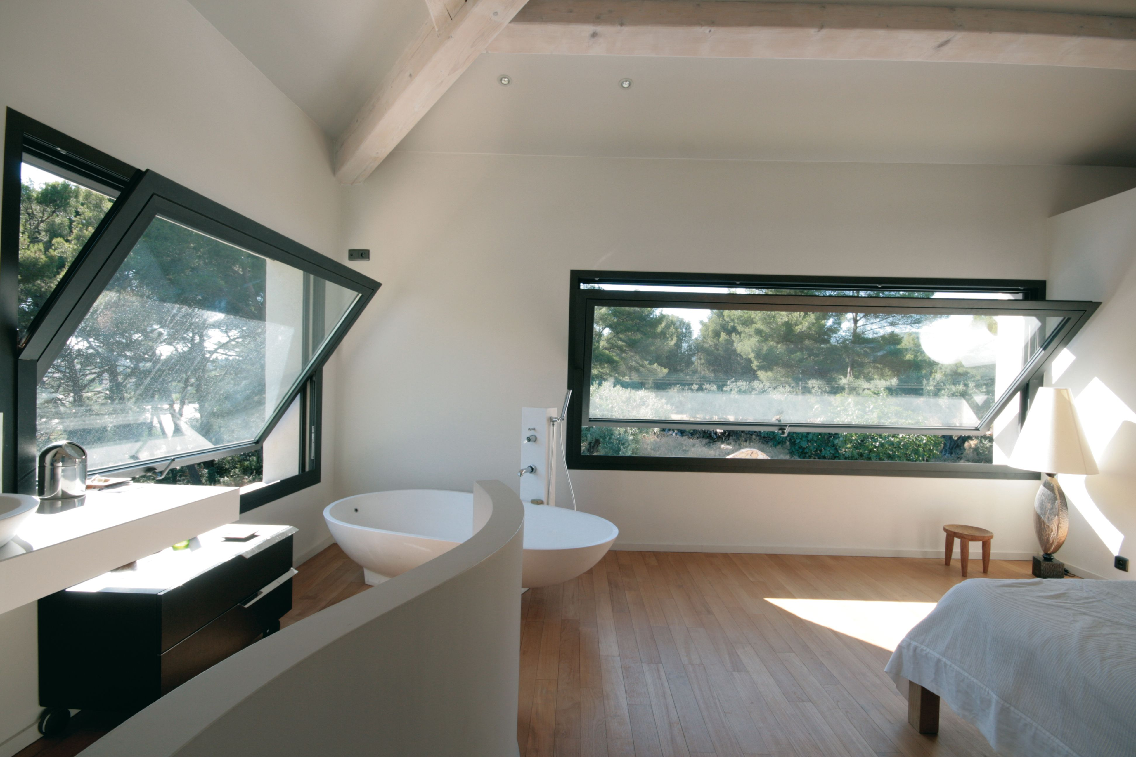 Suite parentale avec salle de bain design grande ouverture en aluminium noir baignoire design - Fenetre salle de bain ...