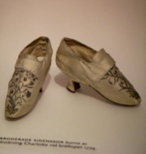 """""""Embroidered silk shoes, worn by queen Charlotta at the wedding 1774.""""(I think. I can't quite make out the blurry text). It's probably Hedvig Elisabeth Charlotta of Holstein-Gottorp, who was queen of Sweden in the very early 19th century."""