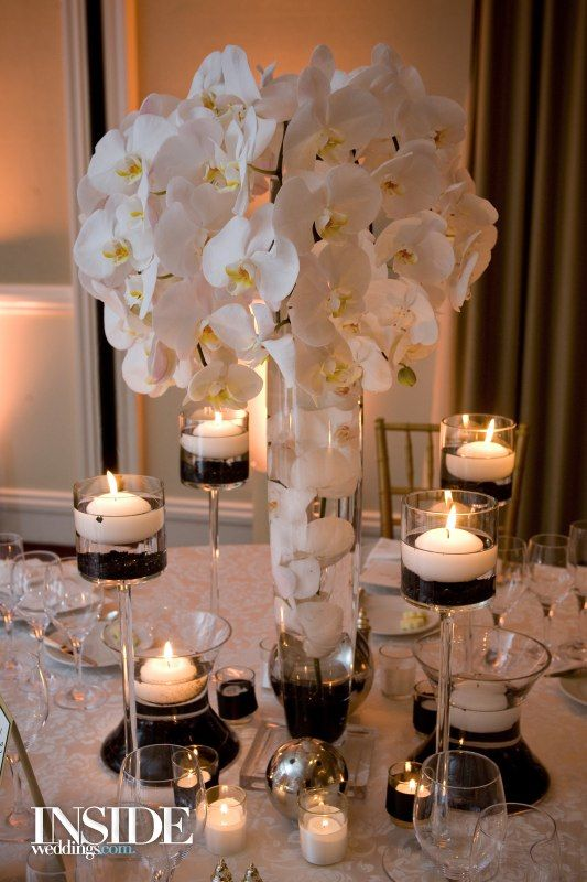White, Black \ Gold Oceanside Wedding in California Centros de - centros de mesa para boda con velas flotantes