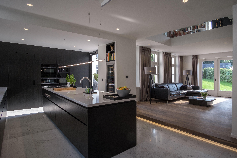 Marmer Zwart Keuken : Zwarte keuken vormt contrast met lichte marmeren vloer. open