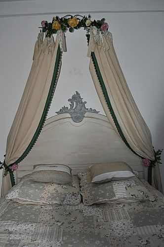 une vieille t te de lit devenue lit tr s romantique. Black Bedroom Furniture Sets. Home Design Ideas