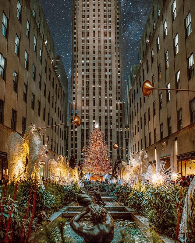 🌲🛷Loving the Holiday Season ! @rockefellercenter is one of the most visited place in NYC and it's easy to see why. With the ice skating rink and the giant Christmas tree and decorations. It's one of the most sought out attractions. Definitely recommend it.  📸Pro tip- if looking to get a good shot, go in the early morning (7am) as it gets super back during the month of December. 