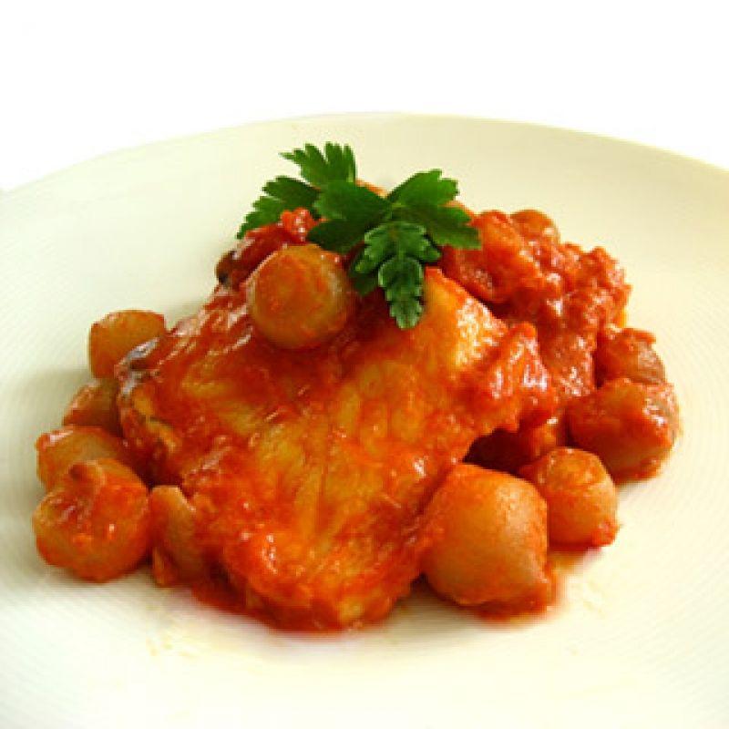 Μπακαλιάρος παστός στιφάδο γίνεται μεκρεμμύδια και το μυστικό σε αυτό το πιάτο είναι το κρεμμυδάκι ή κοκκάρι, όπως λέγεται. Προτιμήστε το φρέσκο κοκκάρι, κι ας έχει λίγο παραπάνω κόπο. Η γεύση του είναι πολύ ανώτερη από το κατεψυγμένο. Αν θέλετε μια πιο κερκυραϊκή απόχρωση, και αντέχετε τα καυτερά, προσθέστε μπόλικο κόκκινο πιπέρι.
