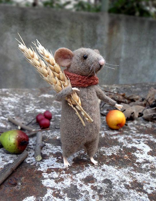 Diese Kleine Maus Wurde Handgefertigt Von Wolle Mit Mischtechniken Es Verfugt Uber Einen Braunen Schal Und Ahren Es Stehe Maus Handwerk Filzarbeiten Filzmaus