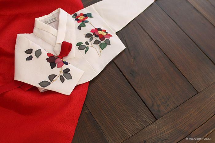 진작부터 소개하고 싶어 근질 근질 했던 한복을 오늘 소개할까 합니다. 찍어 놓고 시간이 흘러 흘러 그새 가을이 되어 버렸지만, 계절은 내년에도 다시 돌아 오니깐요. 빨간 고름이 달린 이 새하얀 저고리는, 어른 옷이 아니라 아이 옷입니다. 앙증맞죠. 이제까지와는 다른 방법의 장식을 놓았습니다. 원단을 꽃잎과 이파리 모양으로 오려 내어 문양을 만들었는데, 원단이 주는 질감과 고급스러움이 어우러져, '예쁘다'는 감탄..
