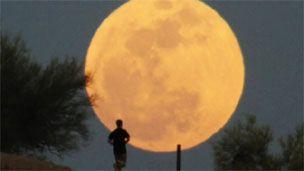 """Em todo o mundo, uma """"super lua cheia"""", maior e mais brilhante, está sendo apreciada neste final de semana."""