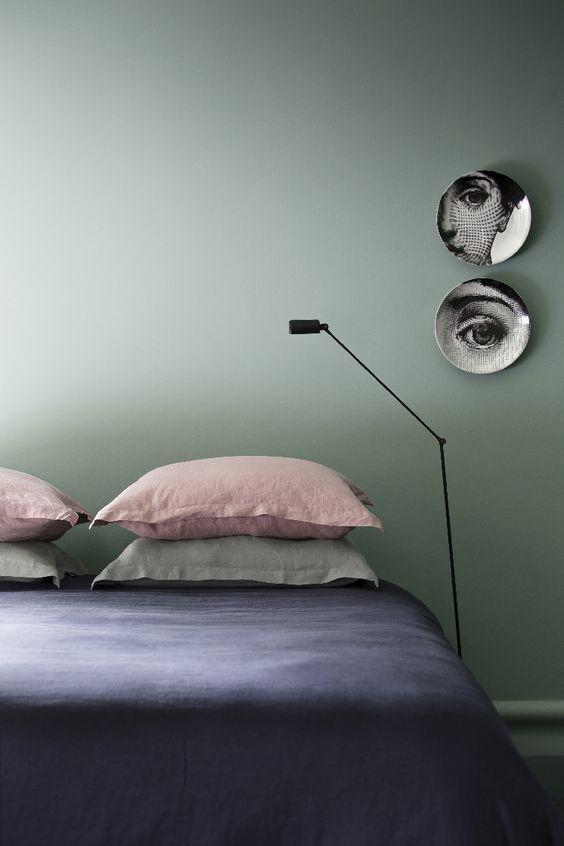 Exemple de déco de chambre avec couleur murale inspirée du Vert