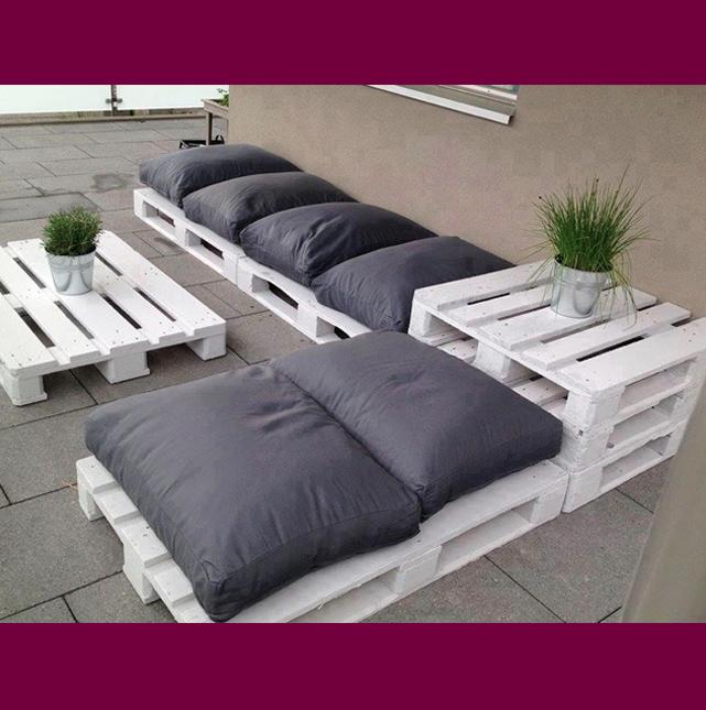 sieht nach urlaub aus wei lackierte paletten als sitzgelegenheit und beistelltisch handmade. Black Bedroom Furniture Sets. Home Design Ideas