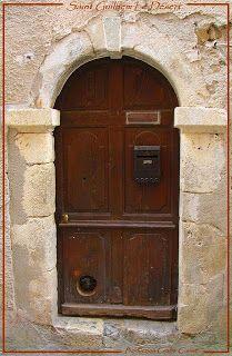 Saint Guilhem Le Desert Jolie Porte Cochere Avec Une Chatiere En