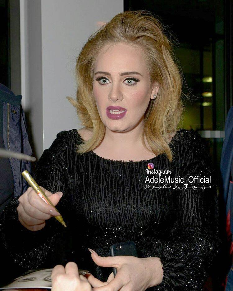ا ادل در حال امضا کردن آلبوم 25 از دست هواداران چند روز بعد از انتشار  Nov 2015  @Adele #ادل#آدل#موسیقی#موزیک#سلبریتی#خواننده#آهنگ#آلبوم#ویدیو#کلیپ#عکس#کنسرت#کنسرت_زنده #Adele#Music#daydreamer#clip#video#Album#celebrity#clips#concertlive #single#song#AdeleConcert#Adelevideo http://tipsrazzi.com/ipost/1505019228963744814/?code=BTi5wPKhCwu