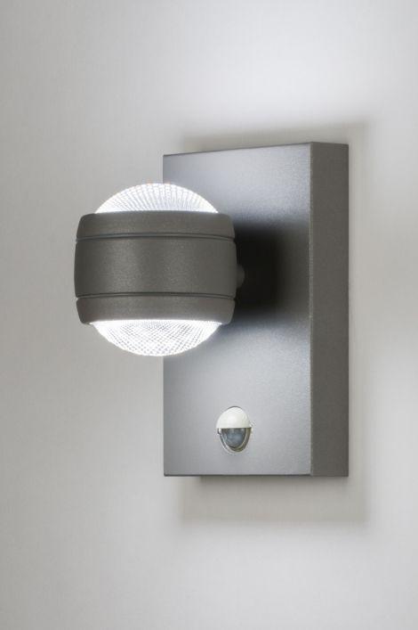 artikel 11757 Bijzonder en fraai afgewerkte buitenlamp voorzien van ...