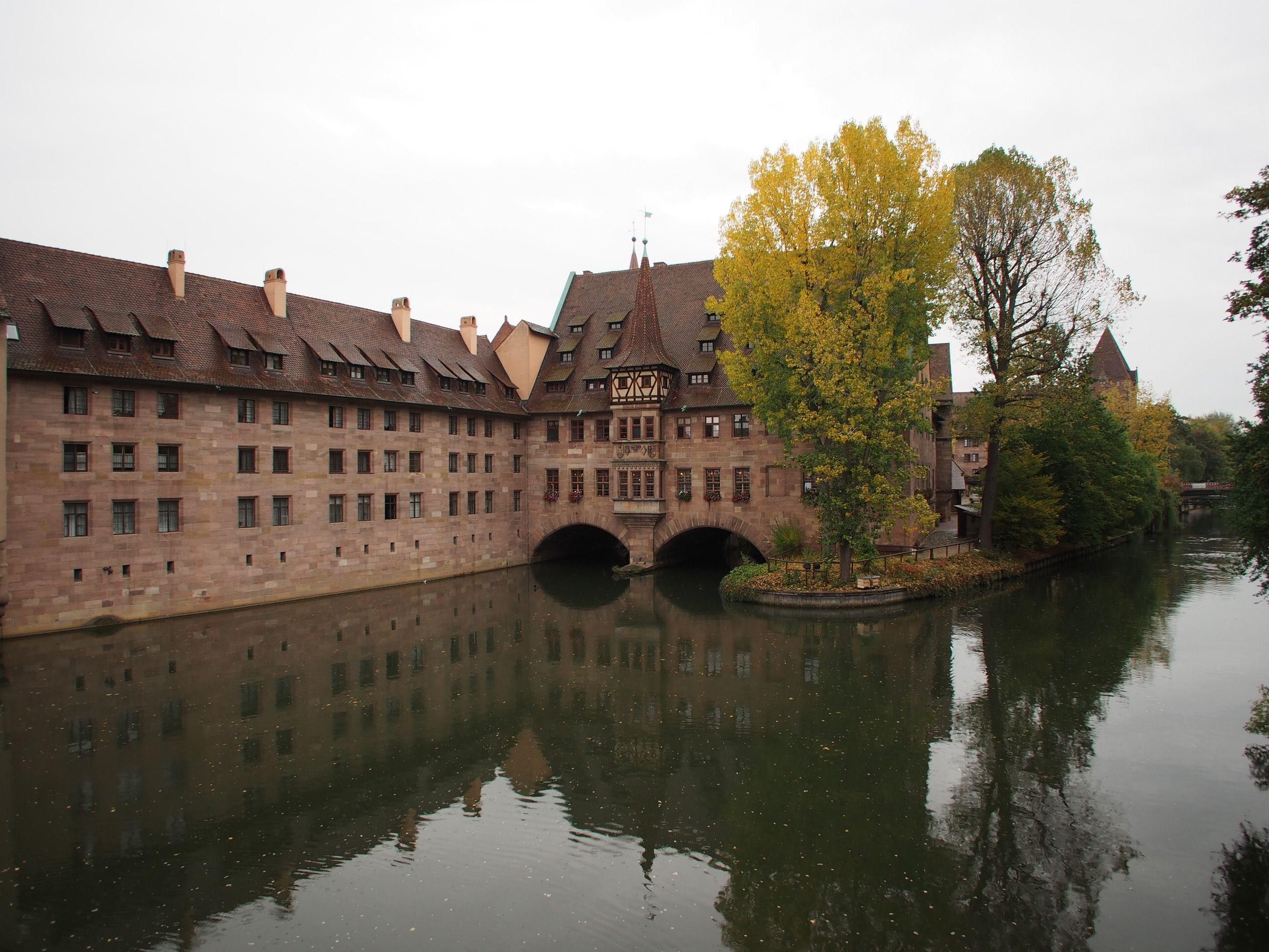Das Heilig Geist Spital über der Pegnitz in Nürnberg