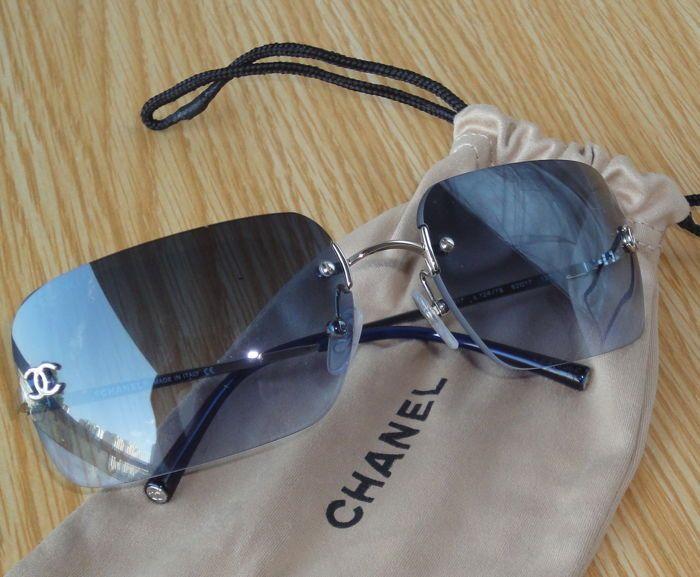 35f4011a814 Chanel-frameless zonnebril - dames DETAILS Chanel middelgrote zonnebril  frameless afgeronde rechthoekige lenzen.