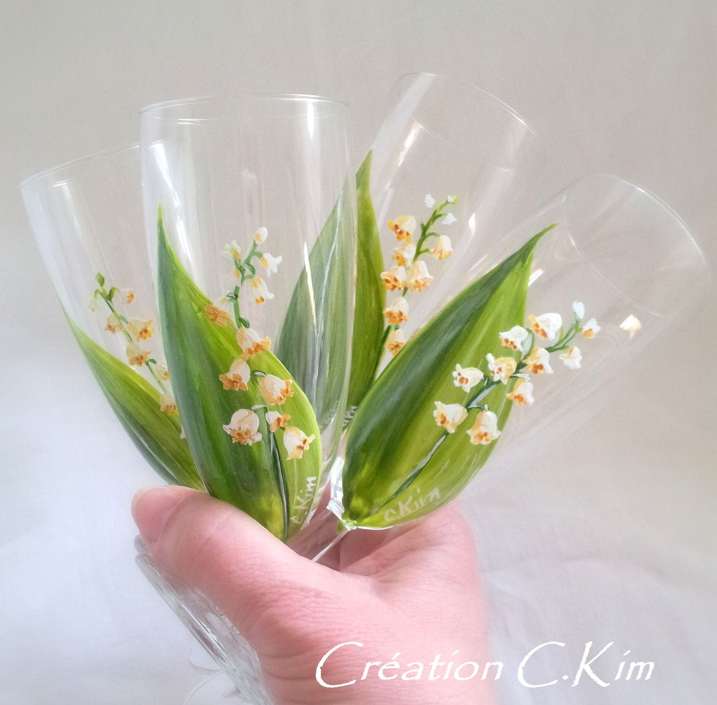 Un bouquet de fl tes en verres fleurs muguet peint la for Bouquet de fleurs wine