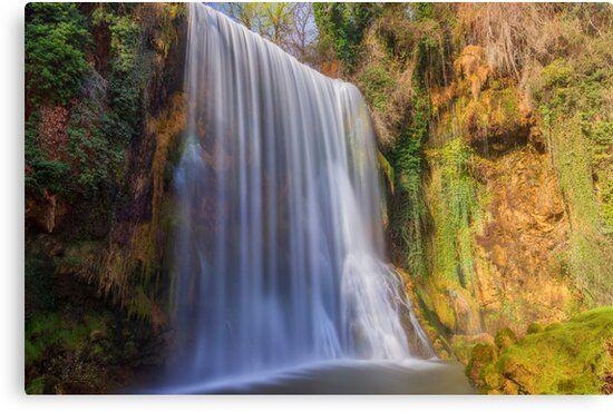 Lienzo con una bonita cascada en el monasterio de piedra