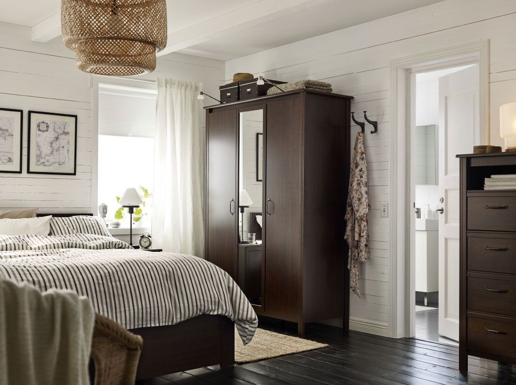 Schlafzimmer porta ~ A small bedroom furnished with a wardrobe with two brown doors and