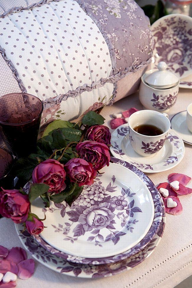 Splendor di Blanc Mariclò  Sarà romantica e retrò la vostra tavola con la nuova collezione di servizi di piatti in ceramica con motivo floreale. Ispirata a linee classiche, la collezione Splendor è presentata nelle due fresche nuance del viola e del rosa antico.
