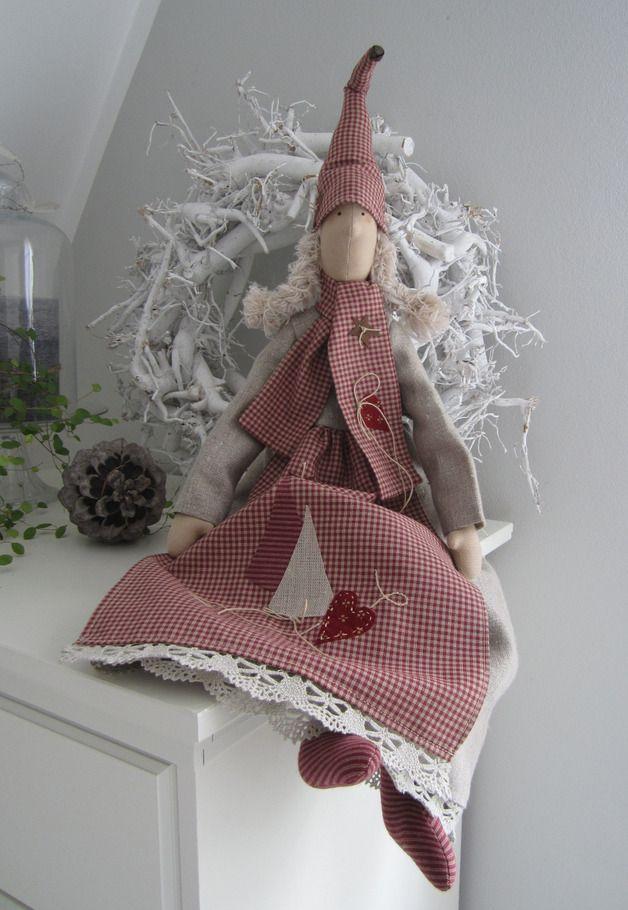 Süsses Wichtelmädchen im angesagten Landhausstil! Der Wichtel trägt ein Kleid aus Leinen, mit einem Besatz aus Klöppelspitze und einen wärmenden Schal. Auf dem Kopf sitzt eine lustige Zipfelmütze...