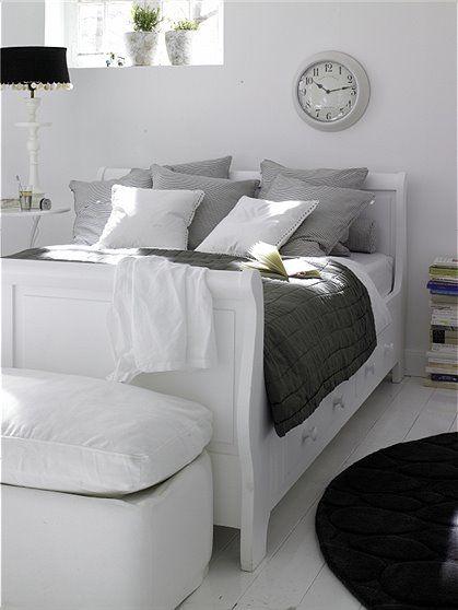 Das weiße, massive Holzbett im Landhausstil hat praktische - Schlafzimmer Landhausstil Weiß