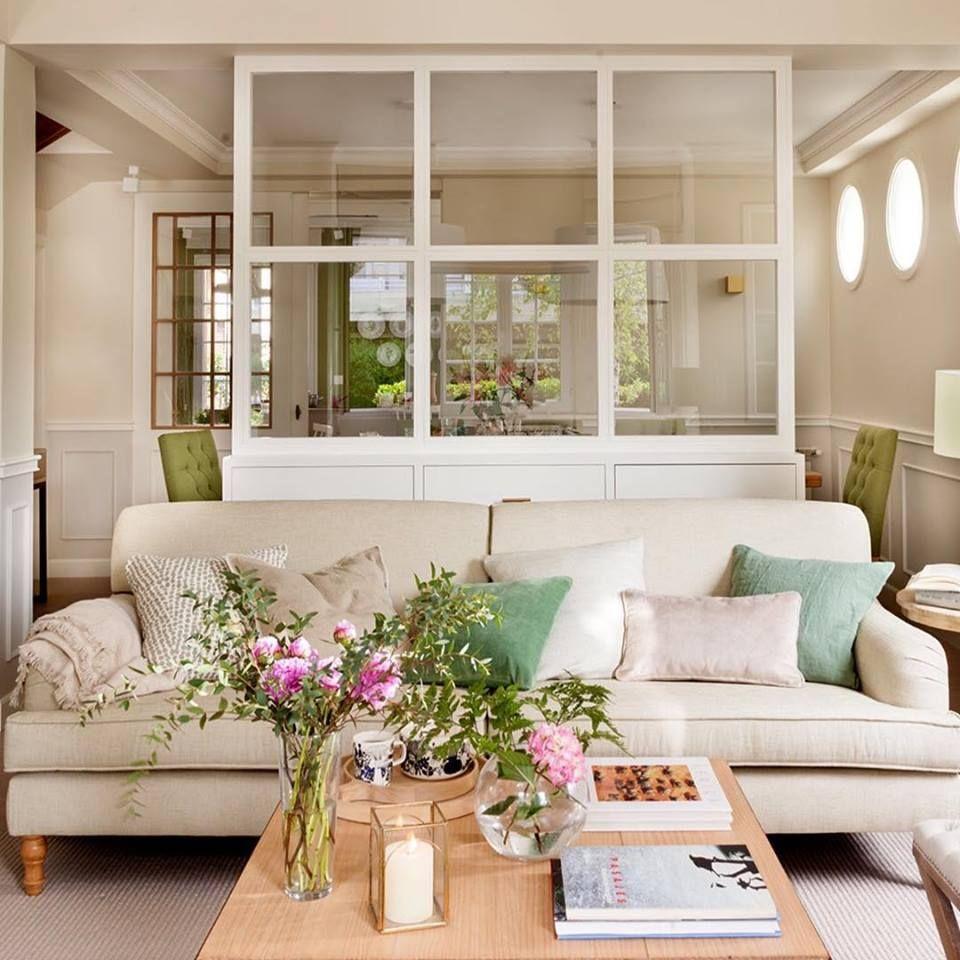 Decoración de salón comedor con mueble separador. Sube